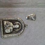 Серебряный кулон с камнями.
